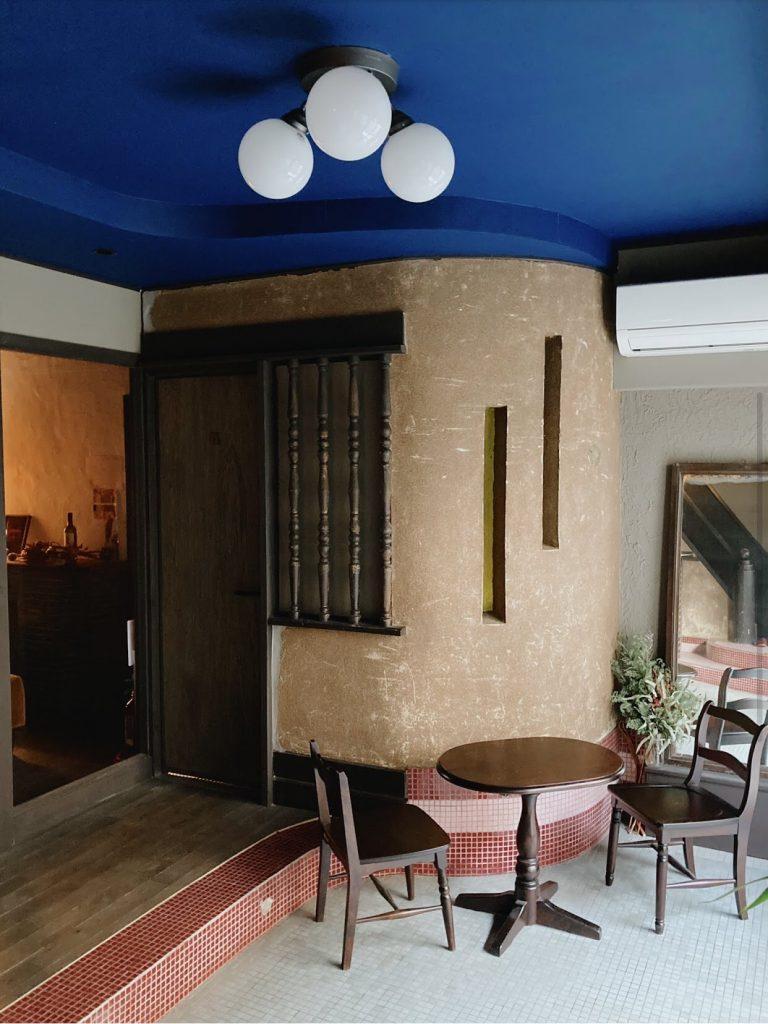 UNKOWN KYOTO玄関ホール    ピンクのタイルと青の天井の色の合わせ方がオシャレ 五条路地裏映えスポット5選